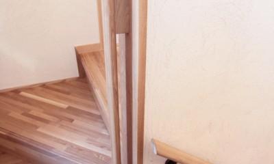 大泉学園の家(薪ストーブを設けた吹抜けを中心とした自然素材の家) (階段手摺(楕円形状のタモ材手摺))