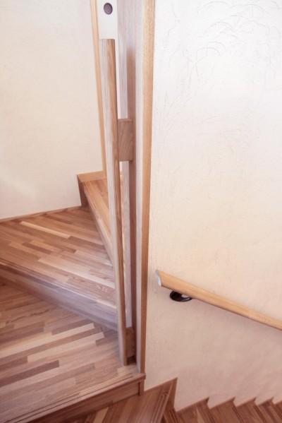 階段手摺(楕円形状のタモ材手摺) (大泉学園の家(薪ストーブを設けた吹抜けを中心とした自然素材の家))