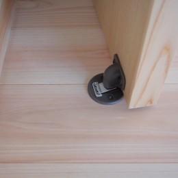 大泉学園の家(薪ストーブを設けた吹抜けを中心とした自然素材の家) (開き戸のフラット型戸当たり(マグネット式))