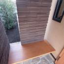 大泉学園の家(薪ストーブを設けた吹抜けを中心とした自然素材の家)の写真 玄関のベンチ