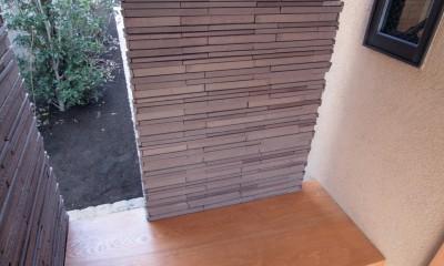 大泉学園の家(薪ストーブを設けた吹抜けを中心とした自然素材の家) (玄関のベンチ)