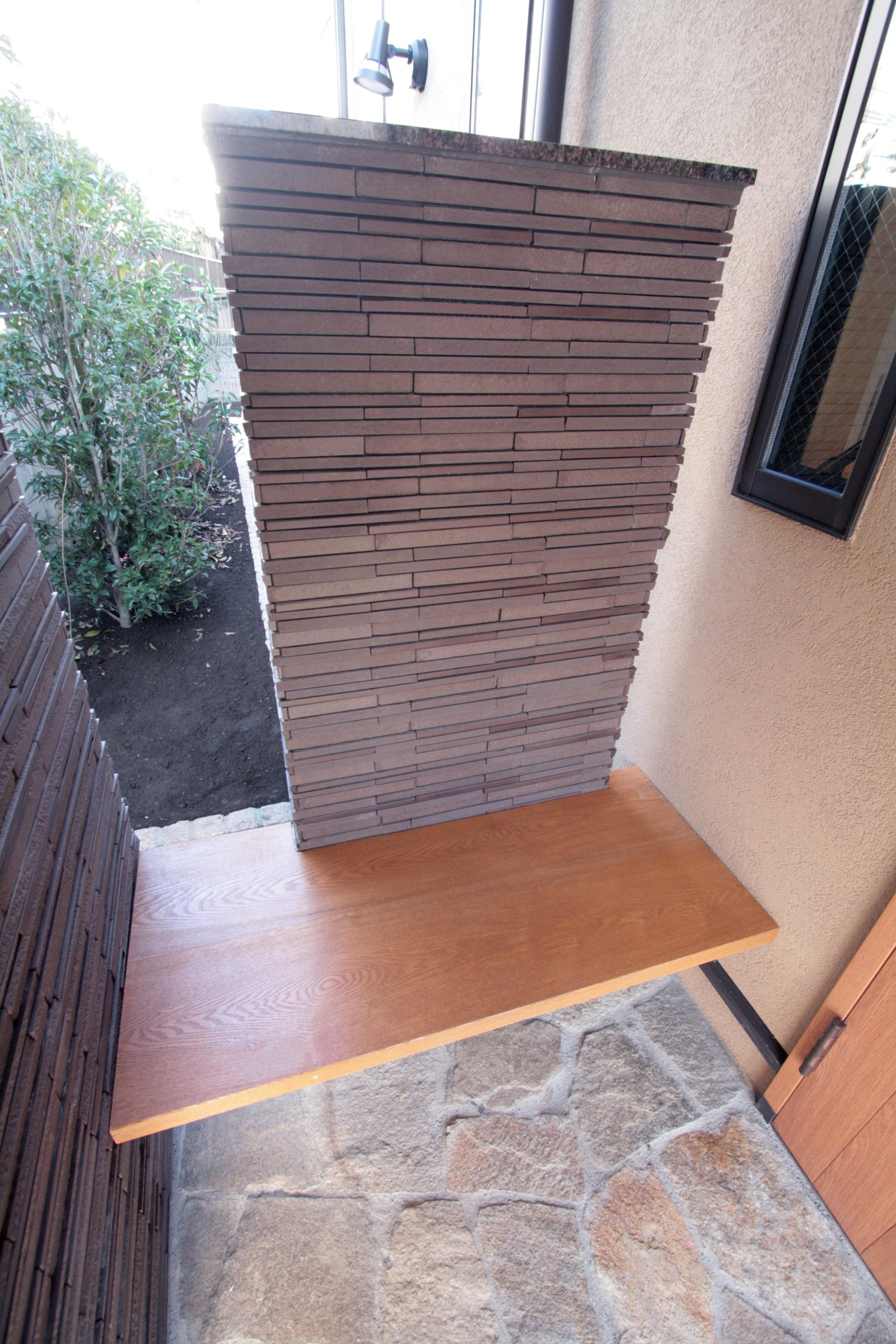アウトドア事例:玄関のベンチ(大泉学園の家(薪ストーブを設けた吹抜けを中心とした自然素材の家))