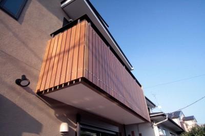 バルコニーの手摺 (大泉学園の家(薪ストーブを設けた吹抜けを中心とした自然素材の家))