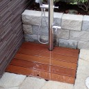 大泉学園の家(薪ストーブを設けた吹抜けを中心とした自然素材の家)の写真 アプローチ脇の水場(ペット用シャワー+野菜の洗い場)