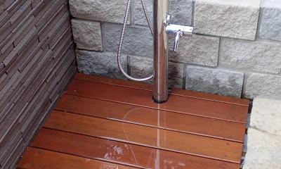アプローチ脇の水場(ペット用シャワー+野菜の洗い場)|大泉学園の家(薪ストーブを設けた吹抜けを中心とした自然素材の家)