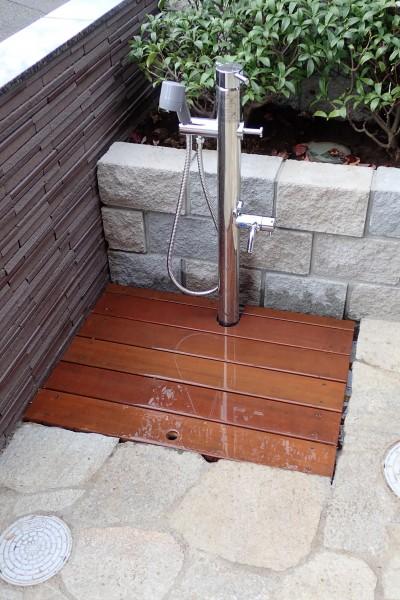 アプローチ脇の水場(ペット用シャワー+野菜の洗い場) (大泉学園の家(薪ストーブを設けた吹抜けを中心とした自然素材の家))