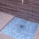 大泉学園の家(薪ストーブを設けた吹抜けを中心とした自然素材の家)の写真 南庭の水場
