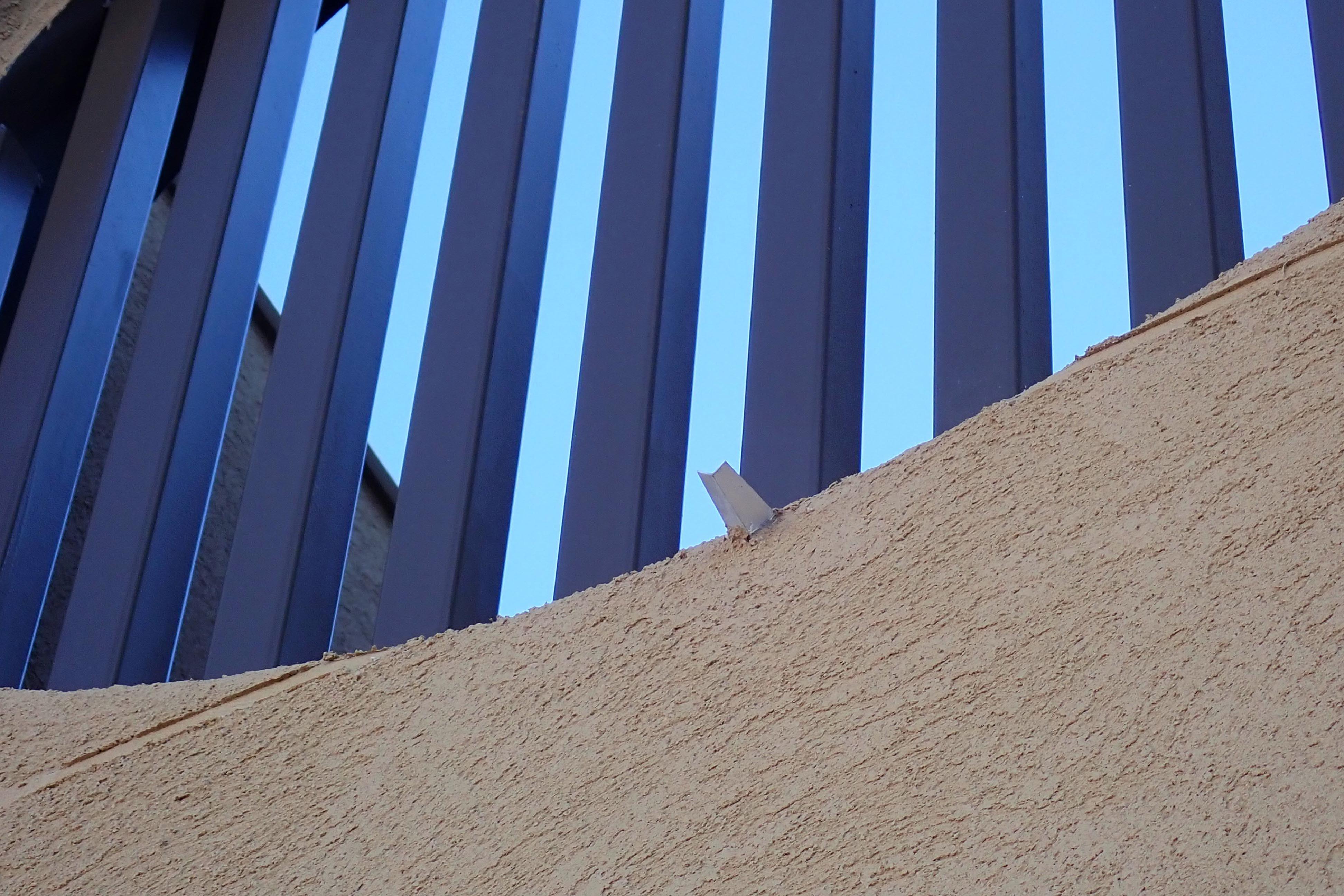 アウトドア事例:超小型の樋(大泉学園の家(薪ストーブを設けた吹抜けを中心とした自然素材の家))