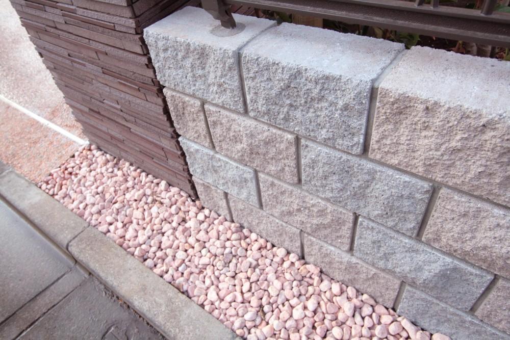 大泉学園の家(薪ストーブを設けた吹抜けを中心とした自然素材の家) (化粧ブロック(塀))
