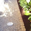 大泉学園の家(薪ストーブを設けた吹抜けを中心とした自然素材の家)の写真 砂利敷の犬走り