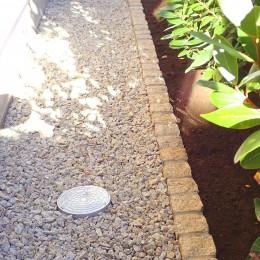 大泉学園の家(薪ストーブを設けた吹抜けを中心とした自然素材の家) (砂利敷の犬走り)