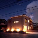 大泉学園の家(薪ストーブを設けた吹抜けを中心とした自然素材の家)の写真 夕景1