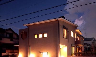 大泉学園の家(薪ストーブを設けた吹抜けを中心とした自然素材の家) (夕景1)