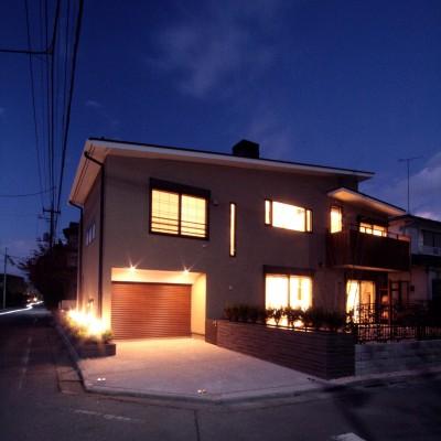 大泉学園の家(薪ストーブを設けた吹抜けを中心とした自然素材の家) (夕景2)