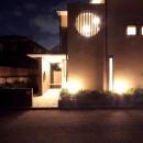 大泉学園の家(薪ストーブを設けた吹抜けを中心とした自然素材の家)の写真 夕景3