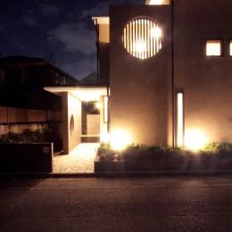 大泉学園の家(薪ストーブを設けた吹抜けを中心とした自然素材の家) (夕景3)