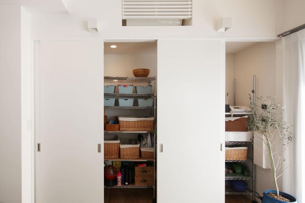 回遊できる家 – 長く子供と仲良く、築46年の回遊できる家<リノベーション> – (キッチン収納)