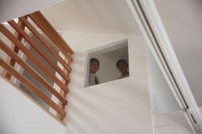 回遊できる家 – 長く子供と仲良く、築46年の回遊できる家<リノベーション> – (リビングから書斎の窓を見る)