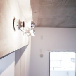 モールテックスキッチンのシンプルリノベーション (照明)