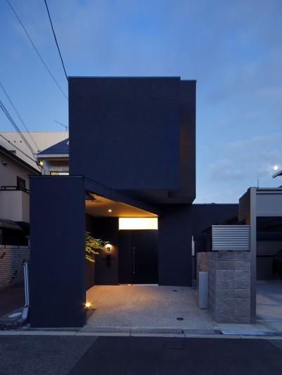 外観 夕景 (黒壁の家 – 旗竿地に建つF字型プランの家 –)