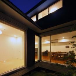 黒壁の家 – 旗竿地に建つF字型プランの家 –