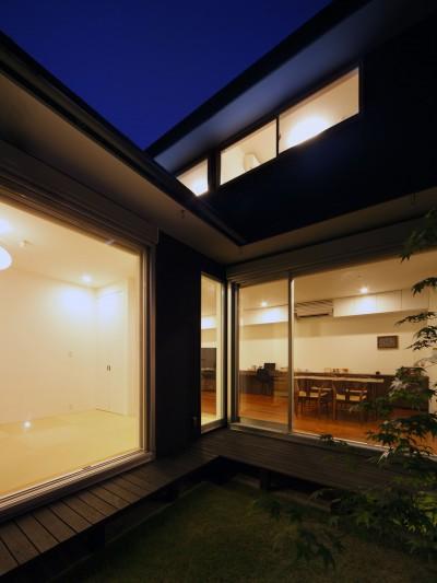 中庭 (黒壁の家 – 旗竿地に建つF字型プランの家 –)