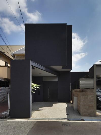 外観 (黒壁の家 – 旗竿地に建つF字型プランの家 –)