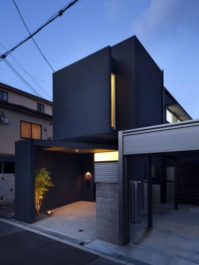 黒壁の家 – 旗竿地に建つF字型プランの家 – (外観 夕景)
