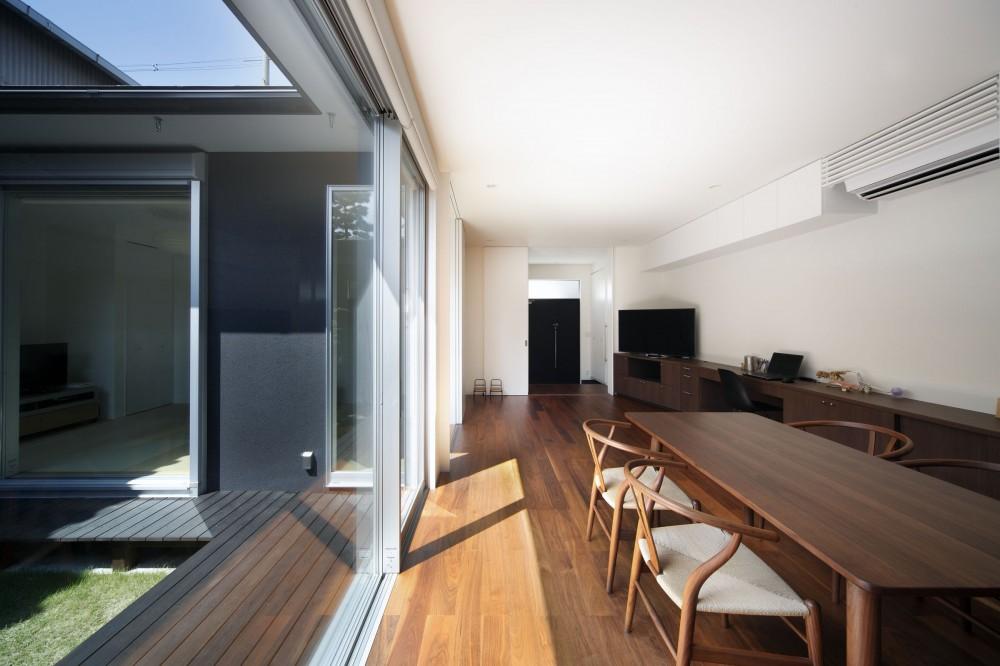 黒壁の家 – 旗竿地に建つF字型プランの家 – (ダイニングから玄関方向を見る)