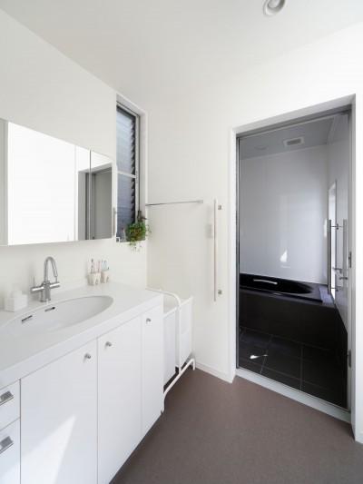 洗面スペース (黒壁の家 – 旗竿地に建つF字型プランの家 –)