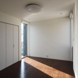 黒壁の家 – 旗竿地に建つF字型プランの家 – (寝室)