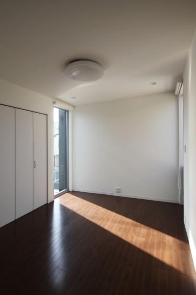 寝室 (黒壁の家 – 旗竿地に建つF字型プランの家 –)