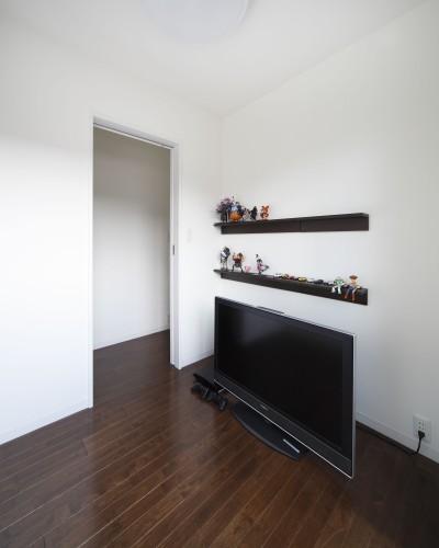 2階ホビールーム (黒壁の家 – 旗竿地に建つF字型プランの家 –)