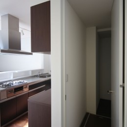 黒壁の家 – 旗竿地に建つF字型プランの家 – (キッチンとパントリー)