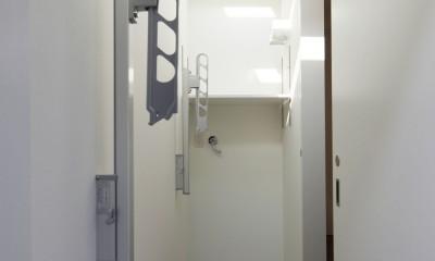 黒壁の家 – 旗竿地に建つF字型プランの家 – (洗濯室)
