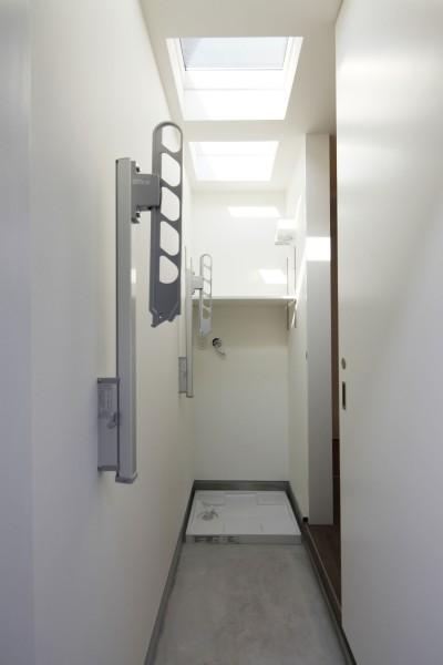 洗濯室 (黒壁の家 – 旗竿地に建つF字型プランの家 –)