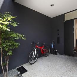 黒壁の家 – 旗竿地に建つF字型プランの家 – (自転車置き場)