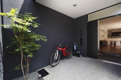 自転車置き場 (黒壁の家 – 旗竿地に建つF字型プランの家 –)