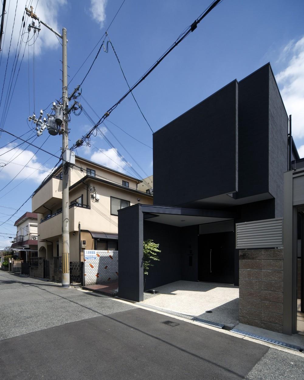 黒壁の家 – 旗竿地に建つF字型プランの家 – (外観)