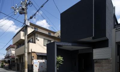 外観|黒壁の家 – 旗竿地に建つF字型プランの家 –