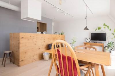 リビング・ダイニング・キッチン (西荻の家-眺望と回遊性のある住まい)
