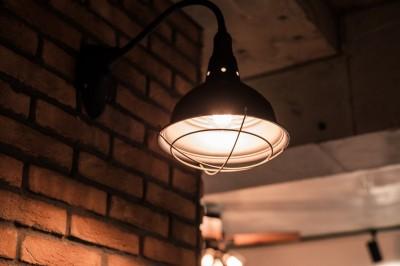 """キッチン壁面に街灯チックな照明を取り付け (""""THE MAN CAVE"""")"""