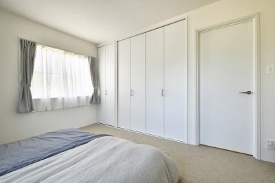 寝室 (海を感じるリビングで…)