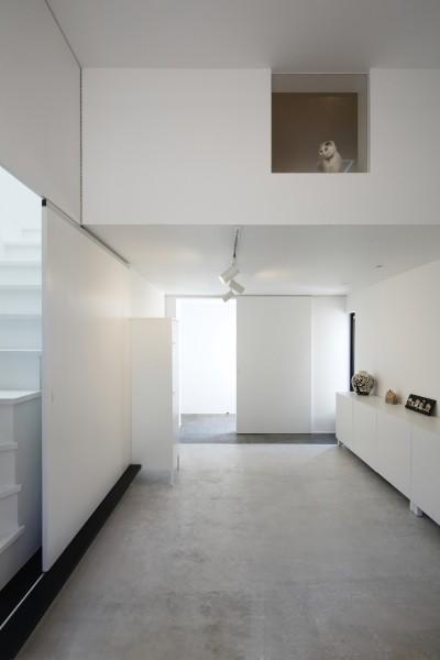 玄関土間はモルタル床 (猫と住む家 横浜の二世帯住宅OUCHI-40)