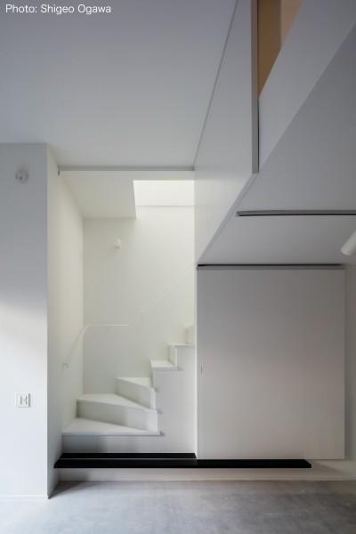 2階リビングへの階段 (猫と住む家 横浜の二世帯住宅OUCHI-40)