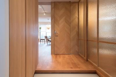 正面の壁はトイレのドアを一体的に納めています (Wさんの家)