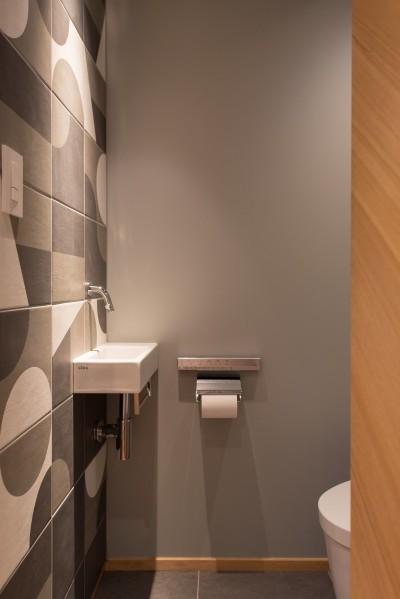 タイルと手洗い器がアクセント (豊島区Wさんの家)