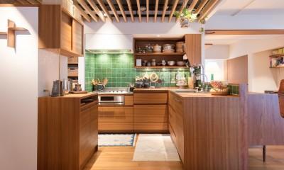 南越谷Mさんの家 (キッチンはL型、または変形のコの字型のような形状です)