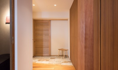 南越谷Mさんの家 (玄関から通風ができる目隠ルーバー引戸)