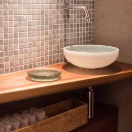 Mさんの家 (トイレには素材感のある材料が集合)